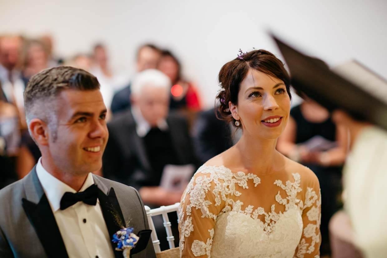 Brautpaar schaut zum Pfarrer