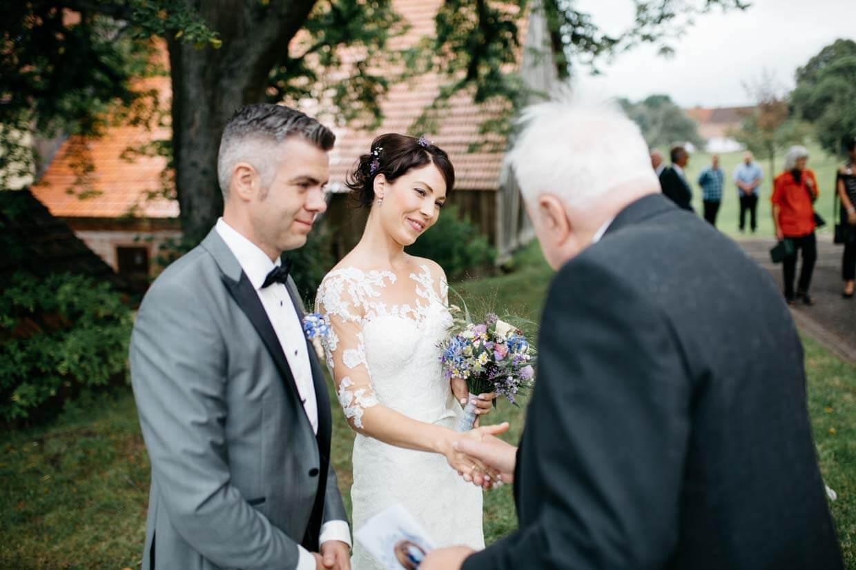 Opa gratuliert dem Brautpaar