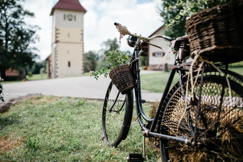 Altes Fahrrad und Kirchturm im Hintergrund