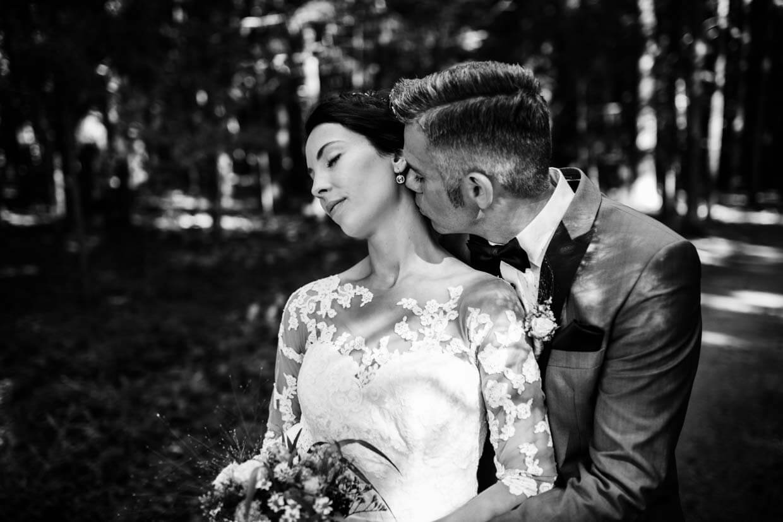 Bräutigam küsst Braut am Hals