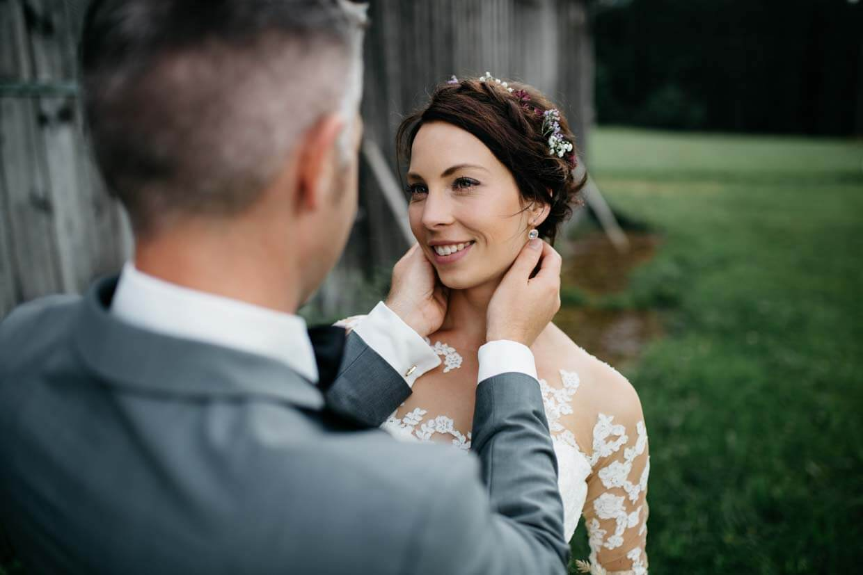 Bräutigam hält sanft den Kopf der Braut