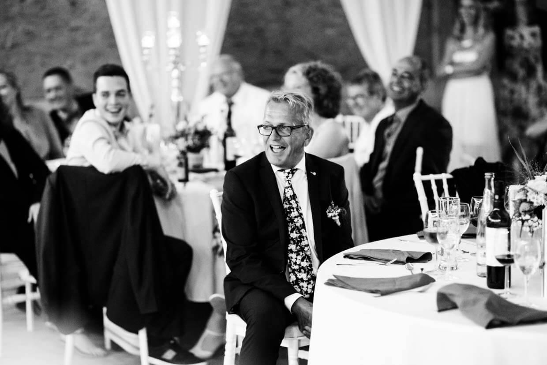 Hochzeitsgast lacht