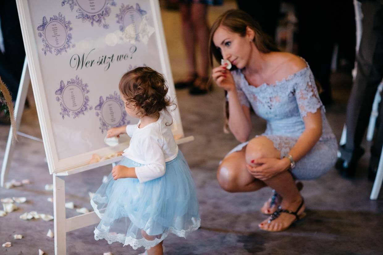 Kind und Mutter spielen mit Blüten