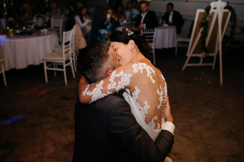 Brautpaar küsst sich nach dem Eröffnungstanz
