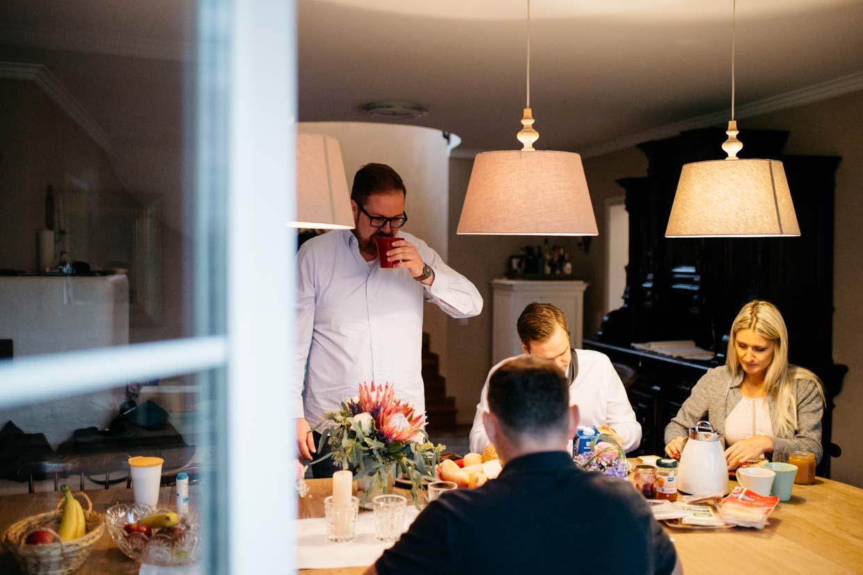 Bräutigam beim Frühstück