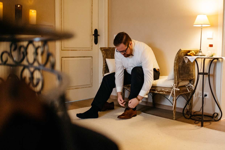 Bräutigam zieht sich die Schuhe an