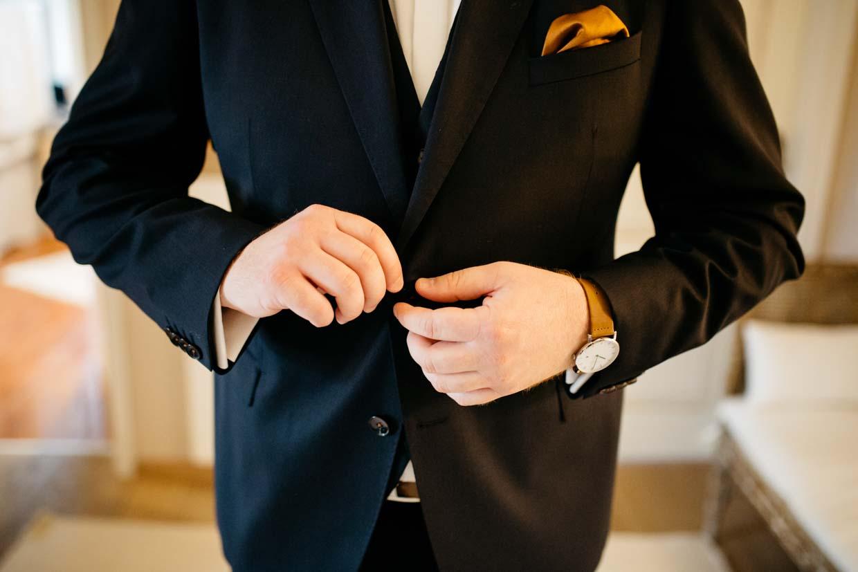 Bräutigam macht das Sakko zu