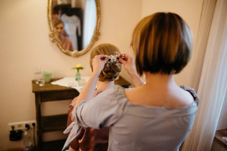 Braut wird Haarschmuck angelegt