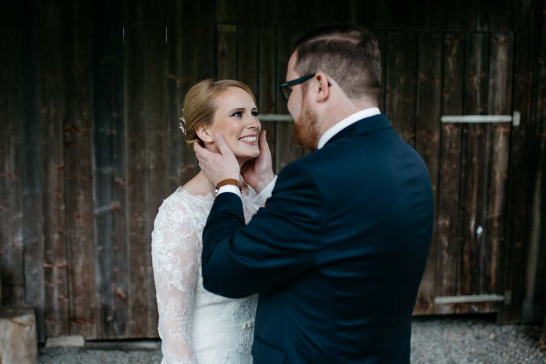 Bräutigam hält zart den Kopf der Braut