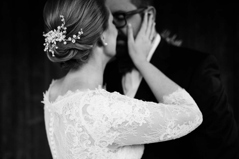 Braut hält zart den Kopf des Bräutigams
