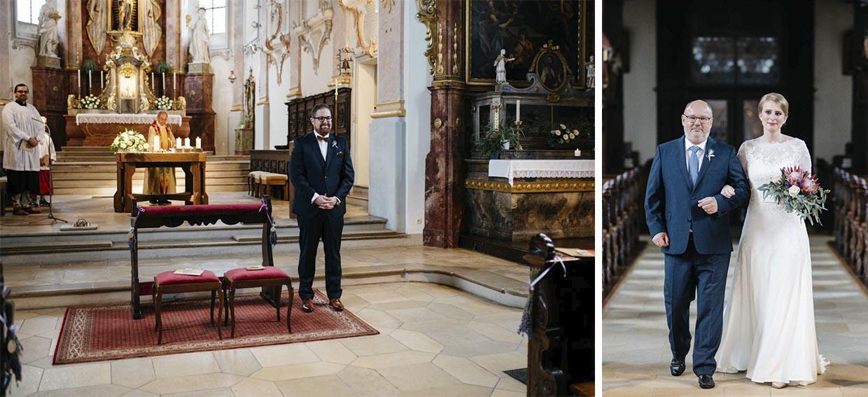 Bräutigam wartet am Altar und Braut zieht mit Brautvater ein