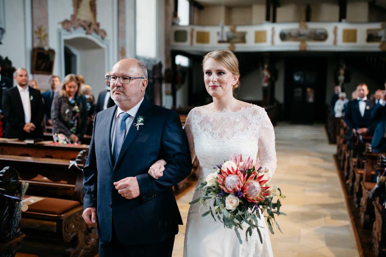 Braut hat Freudentränen beim Einzug mit Brautvater