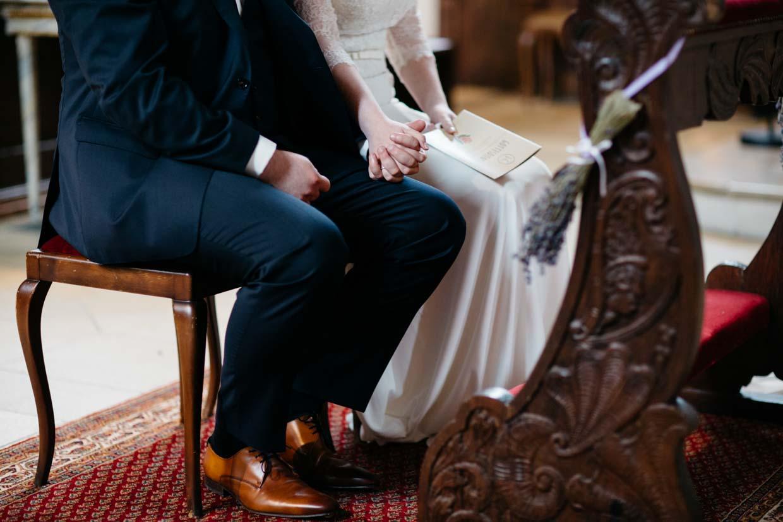 Brautpaar hält Händchen während der Trauung