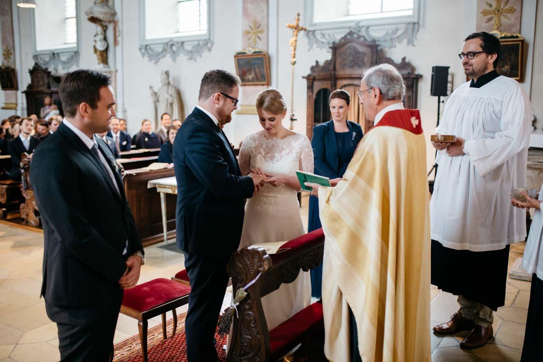 Brautpaar beim Ringtausch