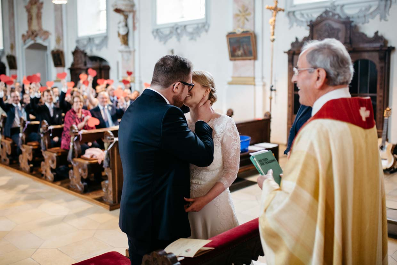 Brautpaar küsst nach dem Ja-Wort