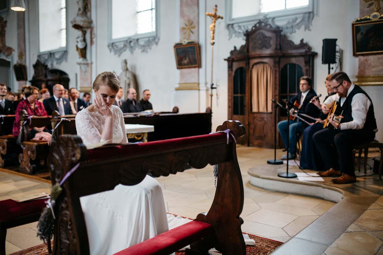 Braut gerührt als Bräutigam auf Gitarre spielt
