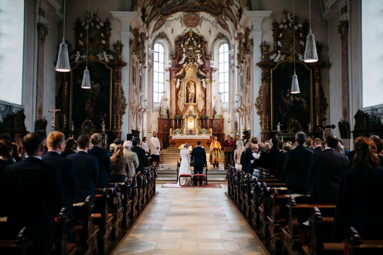 Brautpaar während der Trauung von hinten fotografiert