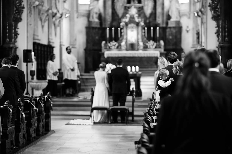 Detailaufnahme von Hochzeitsgästen während der Trauung