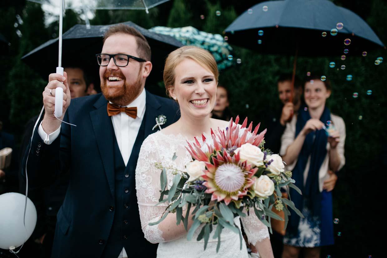 Brautpaar freut sich