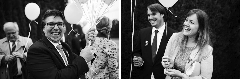 Hochzeitsgäste halten Luftballons und freuen sich