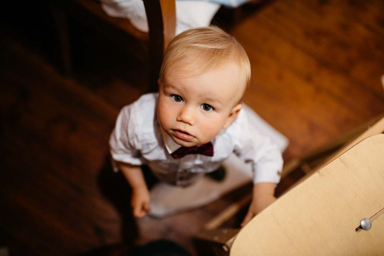 Kleinkind schaut nach oben in die Kamera
