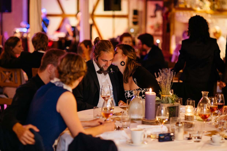 Hochzeitsgäste sitzen am Tisch