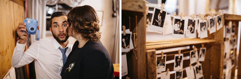 Hochzeitsgast mit Polaroidkamera und Polaroidbilder