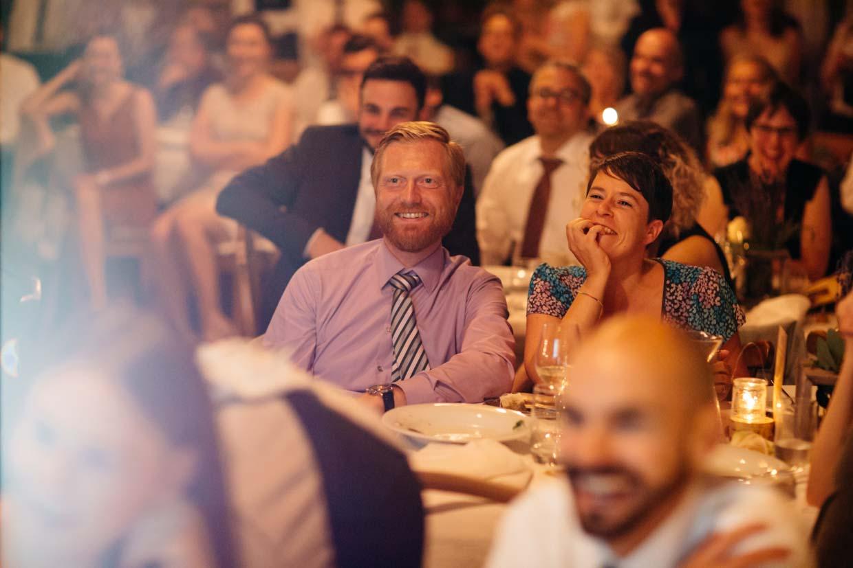 Hochzeitsgäste schauen erfreut