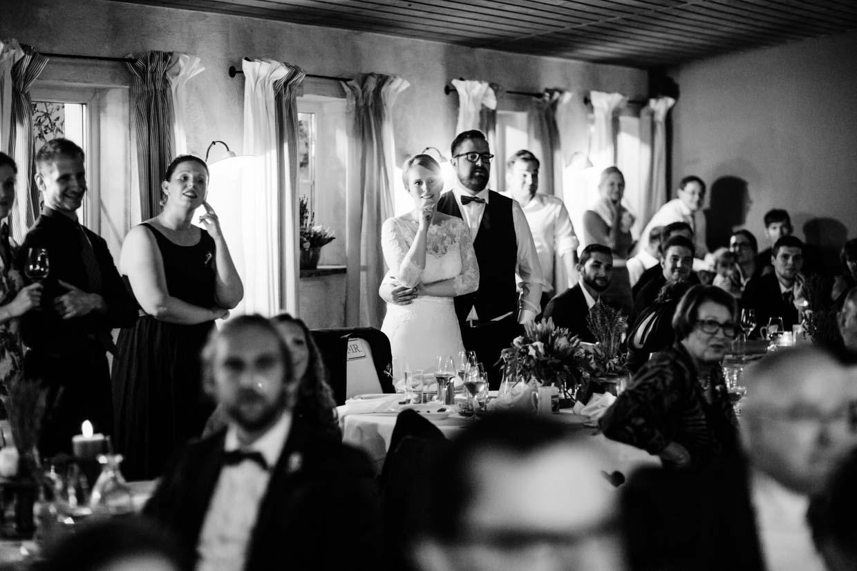 Brautpaar und Hochzeitsgäste schauen sich Beamershow an