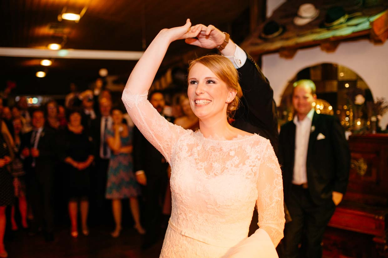 Braut lacht beim Eröffnungstanz