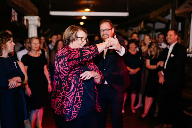 Bräutigam tanzt mit Brautmutter
