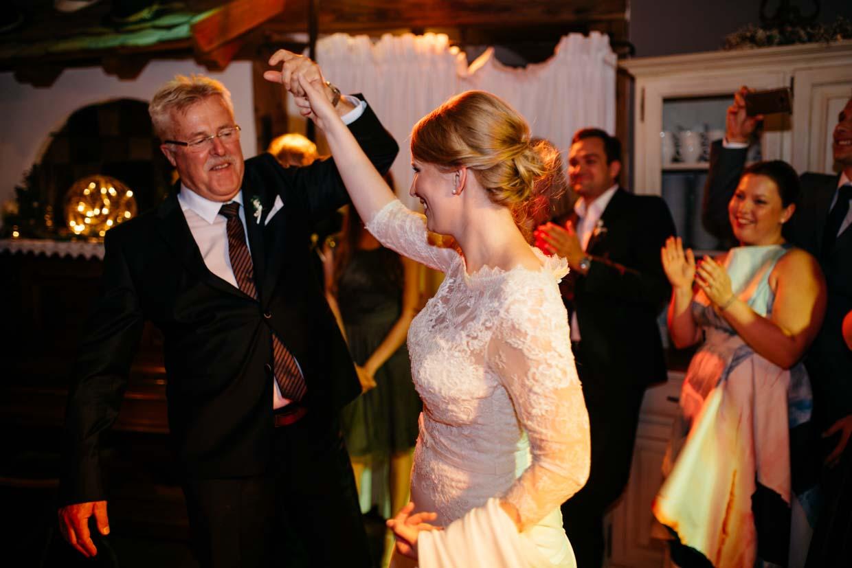 Braut tanzt mit Bräutigamsvater