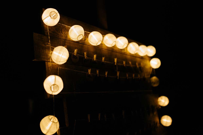 Lichterkette im Dunkeln