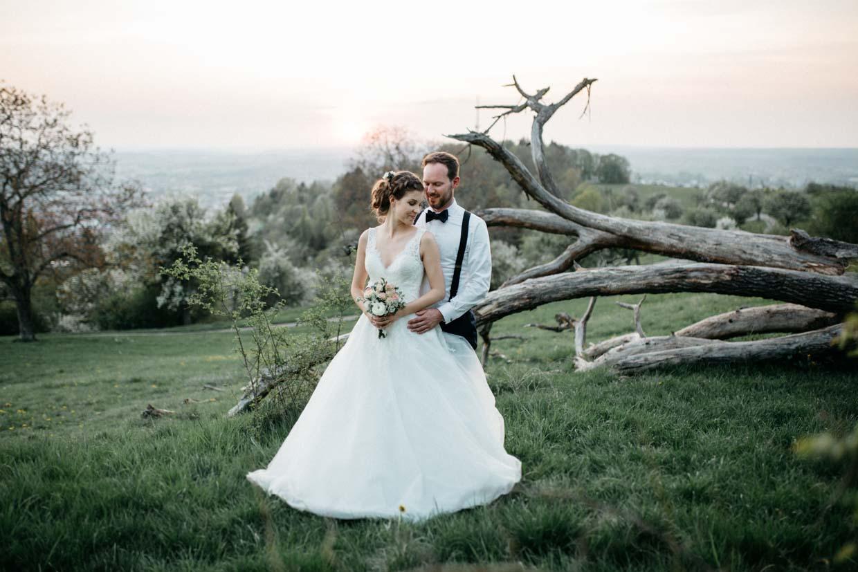 Brautpaarshooting zum Sonnenuntergang vor einem Baum auf der Achalem in Reutlingen