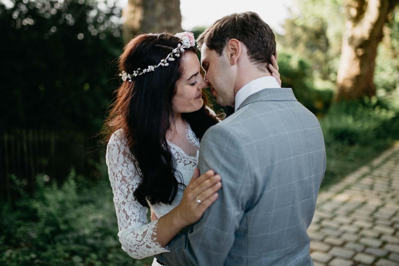 Paar umarmt sich intim und geht zum Kuss über