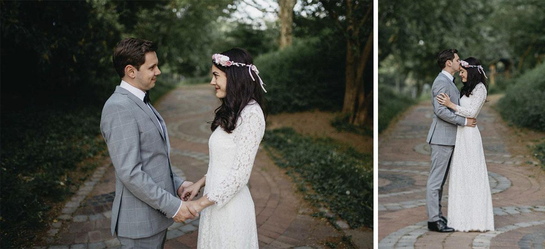 Paar steht sich gegenüber, hält Händchen und umarmt sich