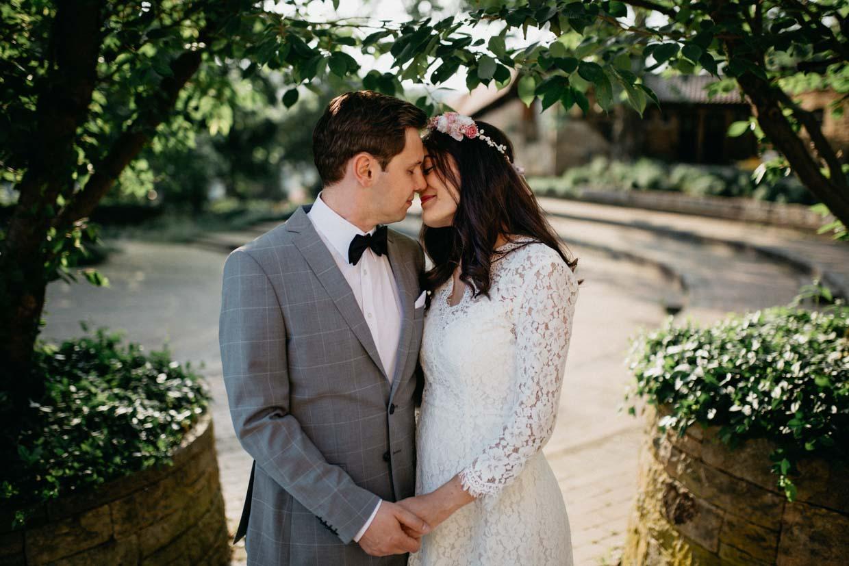 Paar steht sich schräg gegenüber und geht zum Kuss über