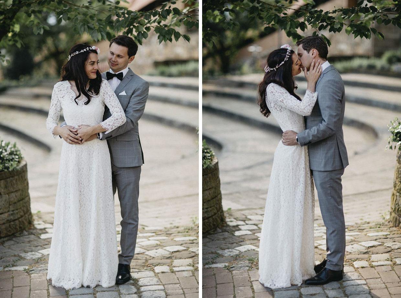 Paar steht sich gegenüber und umarmt sich