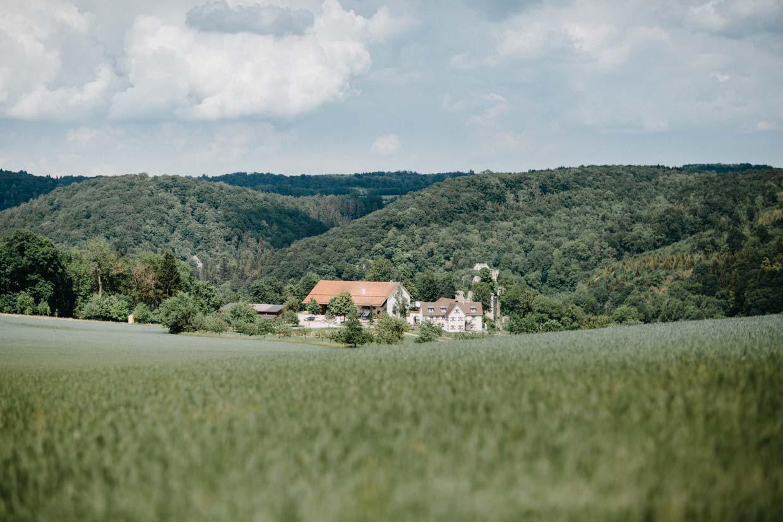 Hofgut Maisenburg aus der Ferne am Tag