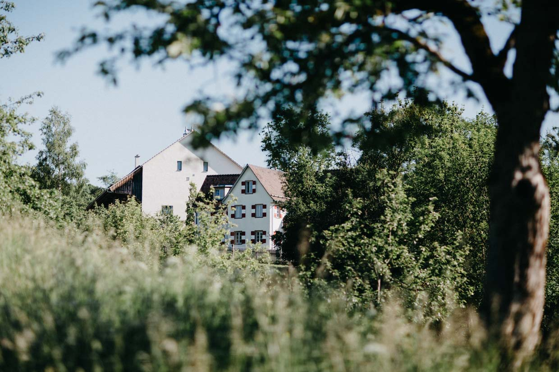 Hofgut Maisenburg von außen durch die Bäume fotografiert