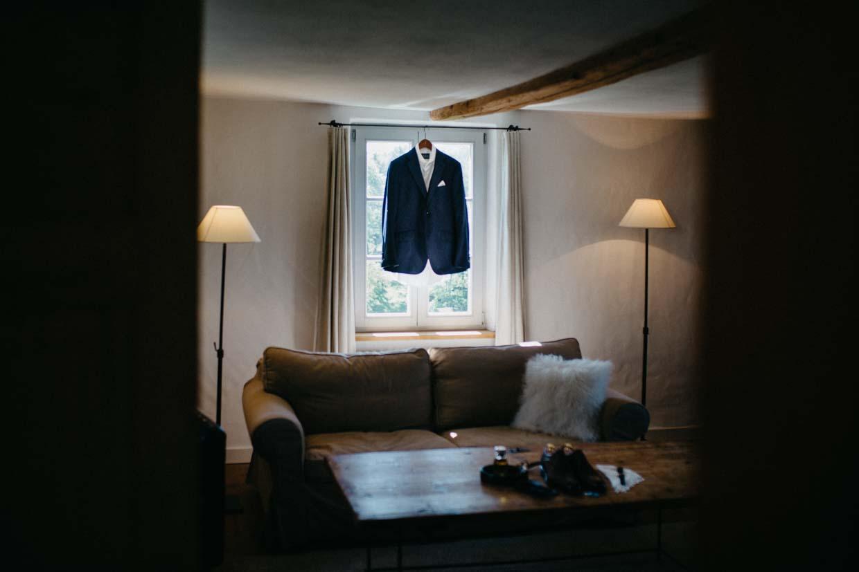 Anzug des Bräutigams hängt vor dem Fenster
