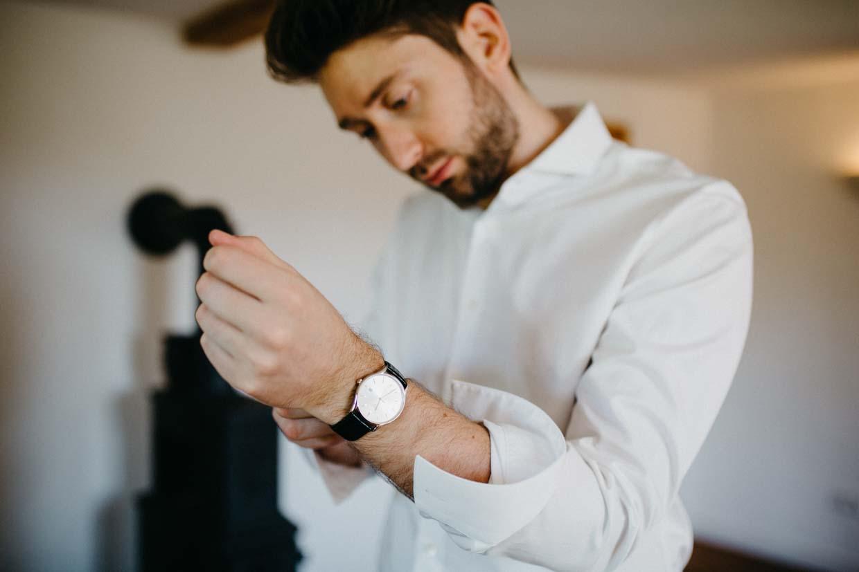 Bräutigam legt seine Uhr an