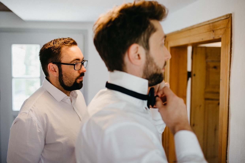 Bräutigam beim Anziehen der Fliege