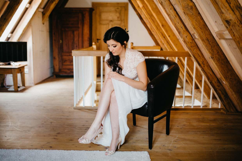 Braut zieht Brautschuhe an