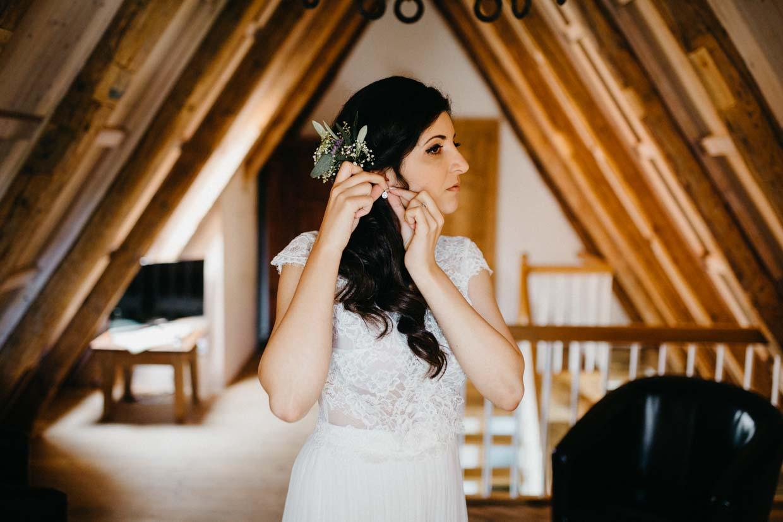Braut beim Anlegen der Ohrringe