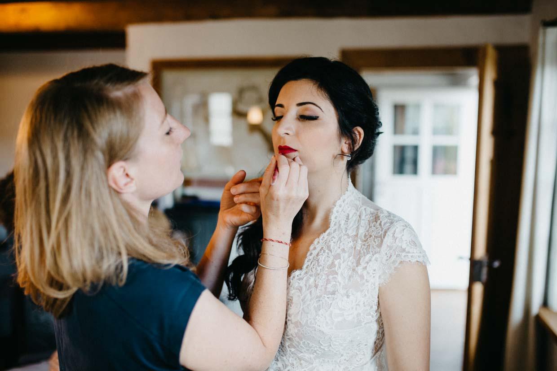 Braut beim Schminken der Lippen