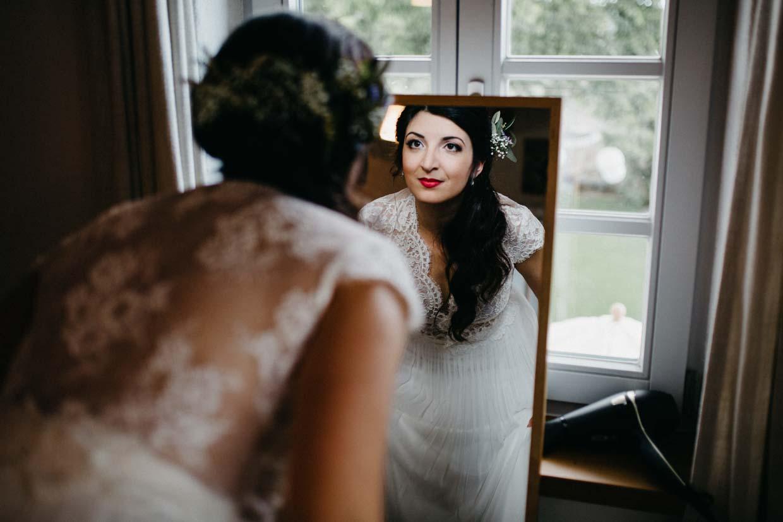 Braut bewundert sich im Spiegel an