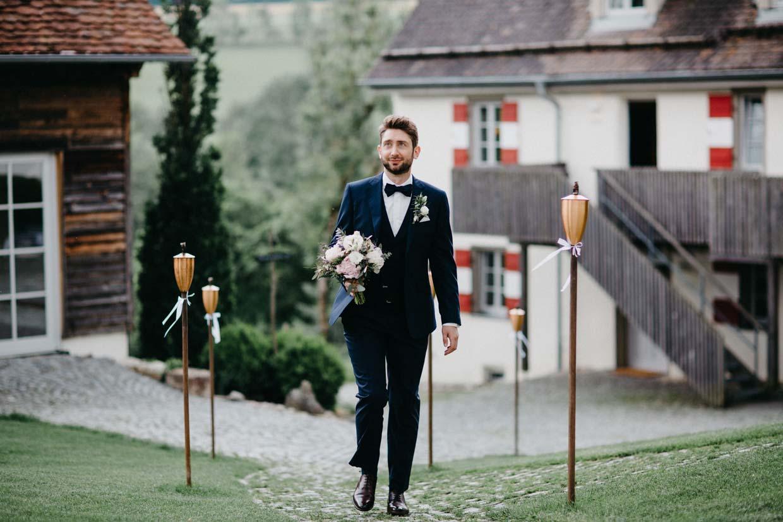 Bräutigam mit Brautstrauß in der Hand