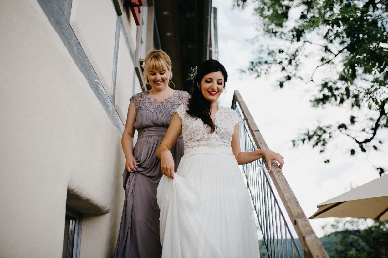 Braut und Brautjungfern steigen Treppen hinab