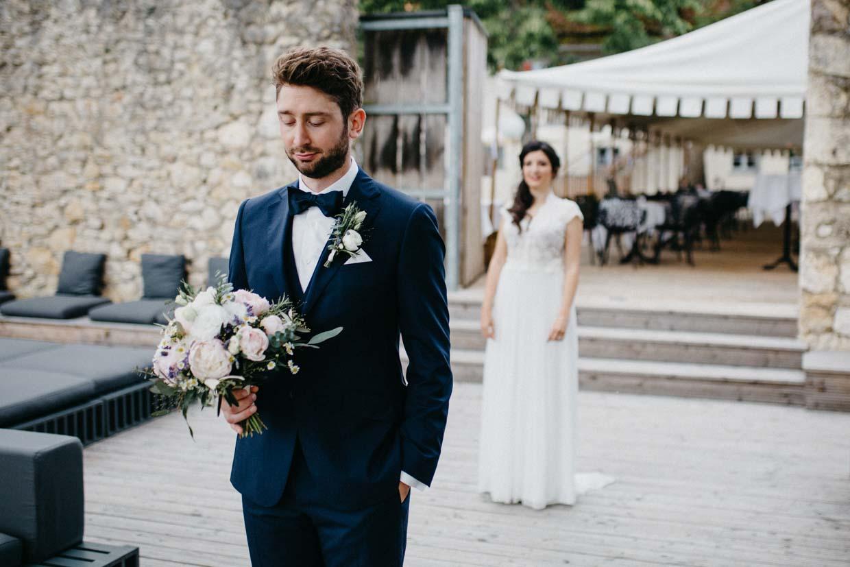 Braut steht hinter dem Bräutigam